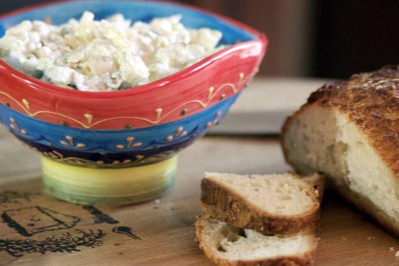 Salata de peste afumat cu maioneza si apio este o reteta usor de facut care poate fi servita ca aperitiv la orice masa festiva.
